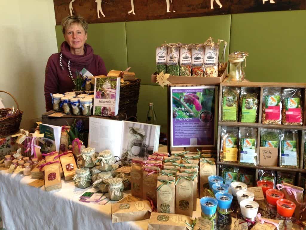 Großes Angebot an Wildkräuterprodukten beim Stand der Kräuterfachwirtinnen Monika Simon-Weber und Ute Fuhrmann