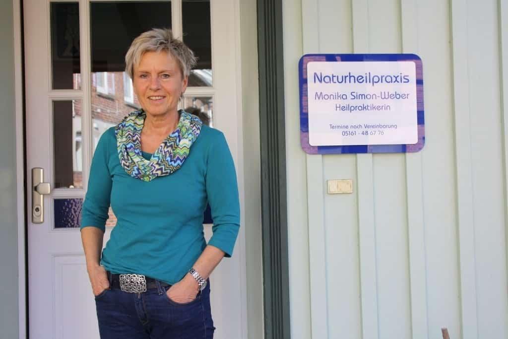 Heilpraktikerin Monika Simon-Weber aus Walsrode vor dem Praxiseingang ihrer neuen Praxis.